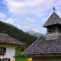 Die Esterbergalm mit Kapelle, im Hintergrund der Krottenkopf.