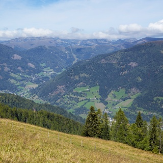 Das Tal erstreckt sich von Ost nach West und zu beiden Seiten erheben sich die Nockberge.
