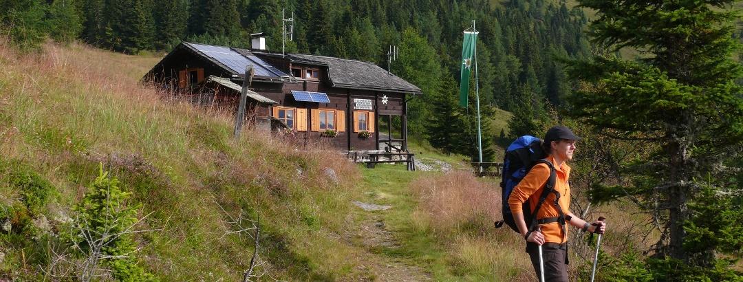 Vor der Winklerner Hütte, im Hintergrund der Straßkopf