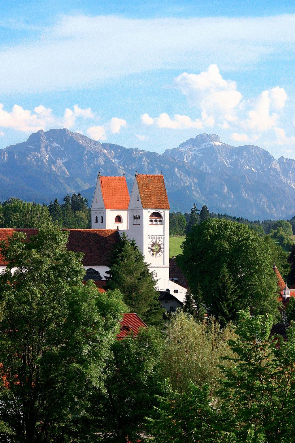 Das Welfenmünster in Steingaden mit der Alpenkette im Hintergrund (Andreas Klausmann)