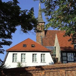Der Blick vom Klostergarten zum ehemaligen Klarissinnenkloster, in dem sich das Bernsteinmuseum befindet.