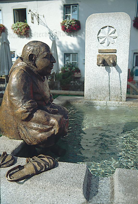 Der Klosterbrunnen lädt zei einen kleinen Rast und Erfrischung ein. (Andreas Klausmann)