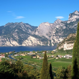 Blick über Torbole zur Cima Capi