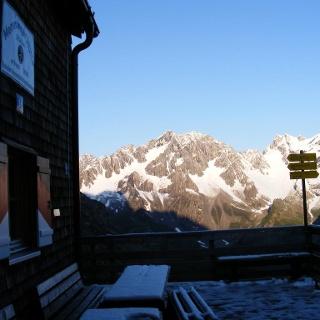 Die Terrasse der Memminger Hütte nach einer gar nicht sommerlichen Nacht.