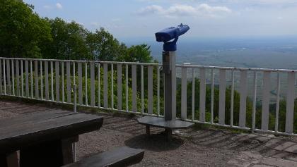 Von der Terrasse der Ludwigshafener Hütte auf der Kalmit kann man über die Rheinebene bis zum Odenwald blicken.