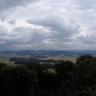 Von der Burgruine aus sehen wir die kuppenförmigen Berge des hessischen Kegelspiels.