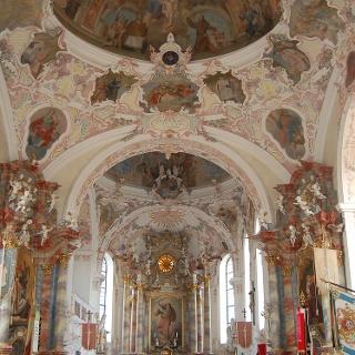 Altarraum der Sankt Michael Kirche in Bertoldshofen.