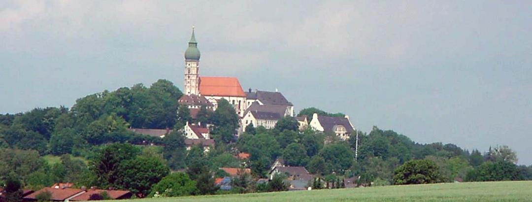 """Ein Blick auf den """"Heiligen Berg"""" mit dem Kloster Andechs."""