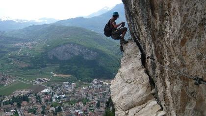 Im Klettersteig am Monte Albano geht es ausgesetzt zur Sache.