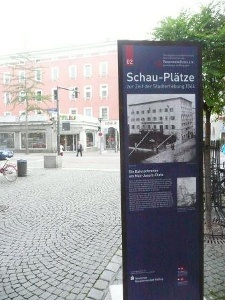 Infotafel 2 - Bahnschranke am Max-Josefs-Platz