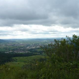 Blick in Richtung Frommern und Weilstetten. Links sieht man den Funkturm auf dem Plettenberg.