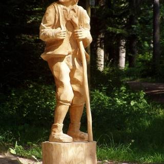 Wir kommen an dieser Statue eines Wanderers vorbei.
