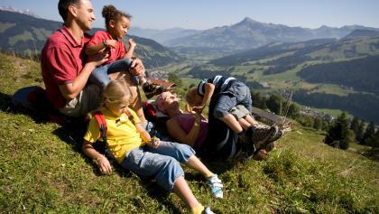Die Gaisberg-Runde eignet sich auch für Familien. Im Hintergrund ragt das Kitzbüheler Horn auf.