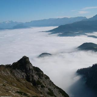 Pfad zur Eishöhle über dem Nebelmeer im Tal