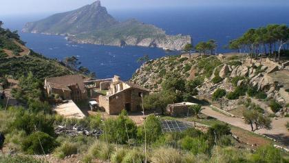 Vista al antiguo monasterio y a la Isla Dragonera