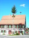 Historisches Fachwerkhaus mit Maibaum.