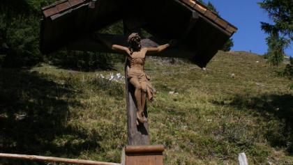 Umrahmt von Nadelbäumen steht dieses schöne Gedenkkreuz bei der Loosbühlealm.