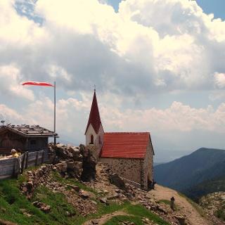 Heiligkreuzhütte und Kapelle 2305m