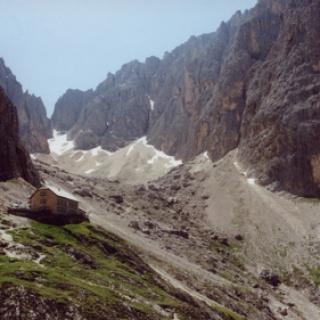 Blick auf die Langkofelhütte.