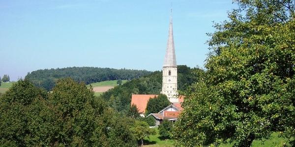 Blick auf die Wallfahrtskirche St. Alban in Taubenbach