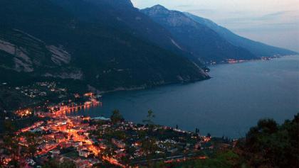 Dämmerung über Torbole und dem Gardasee