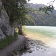 Außergewöhnliche Ausblicke bietet der Weg am Südufer des Weißensees.