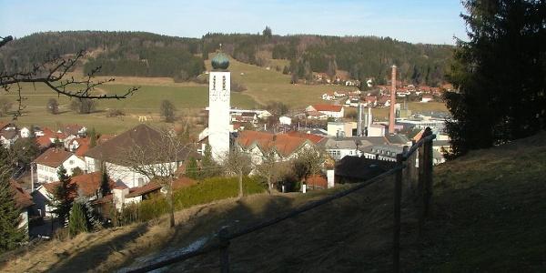 Blick auf Ronsberg mit Pfarrkirche und Papierfabrik.