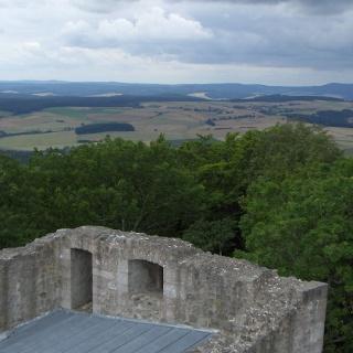 Vom Aussichtspunkt auf der Ruine Hauneck genießen wir eine tolle Fernsicht.