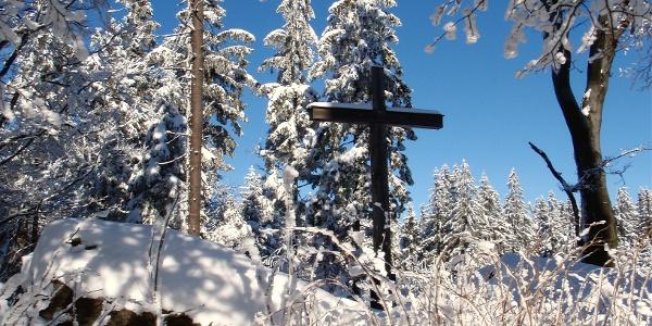 Verstecktes Kreuz hinter der Warte