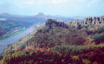 Foto Wir wandern teils durch die schroffe Felsenlandschaft des Elbsandsteingebirges und teils am Ufer der Elbe entlang.