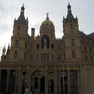 Im imposanten Schweriner Schloss tagt seit 1990 der Landtag von Mecklenburg-Vorpommern.
