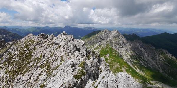 Blick vom Nördlichen Schafalpenkopf zur Fiderepasshütte