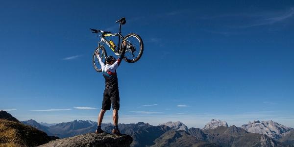 Biker beim Gipfelsieg