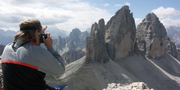 Blick vom Gipfel des Paternkofels auf die Nordwände der Drei Zinnen.