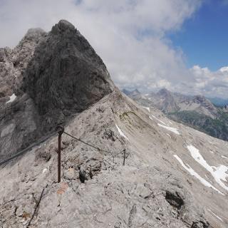 Drahtseilgesichert geht es vom Bockkarkopf ins Bockkar, den Blick auf die Hochfrottspitze gerichtet.