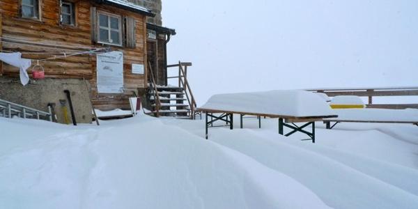 Sonnenterrasse im Schnee am Brandenburger Haus - auf der höchsten DAV-Hütte auch im Hochsommer keine Seltenheit