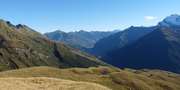 Blick vom Aussichtspunkt auf 1534 m ins untere Tal des East Matukituki River