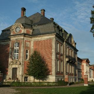 Das Karower Schloss besteht aus drei in verschiedenen Epochen errichteten Gebäudeteilen.