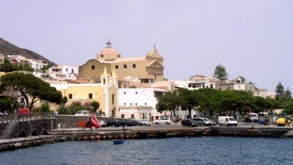 Ankunft im Hafen von der Insel Salina