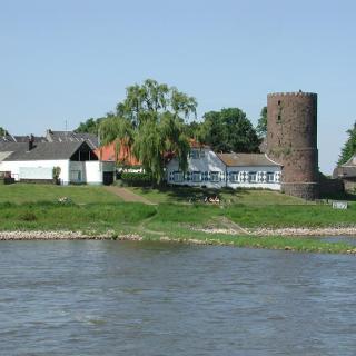 Blick auf den Mühlenturm an der Rheinpromenade