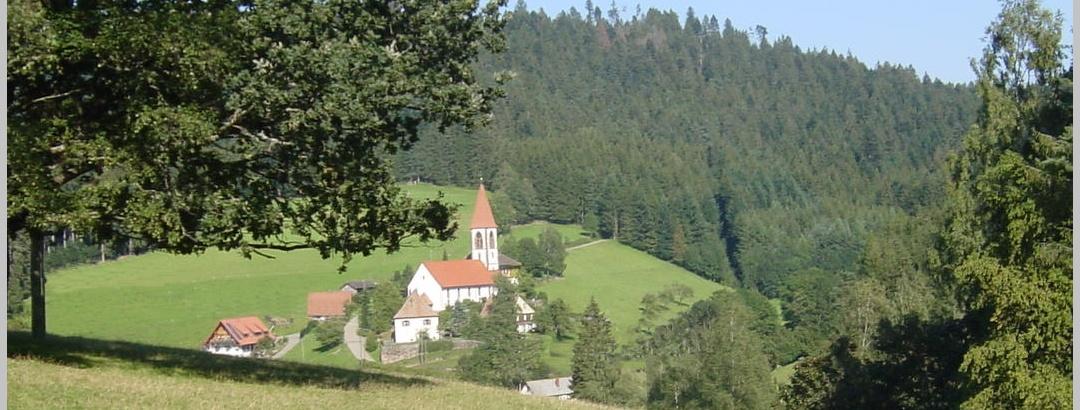 Die Kirche St. Roman am Jakobusweg.