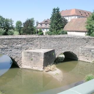 Aischbrücke Höchstadt mit Stadtschloss im Hintergrund