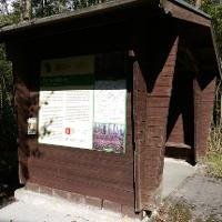Schutzhütte mit Infotafel