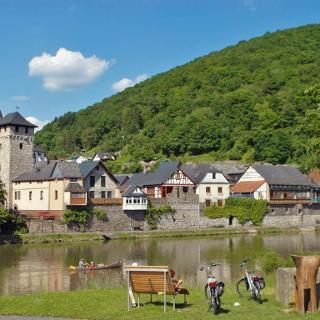 Blick auf die Lahn und die historische Altstadt von Dausenau.