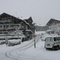 Das Hotel Jagdhof im verschneiten Riezlern im Kleinwalsertal.