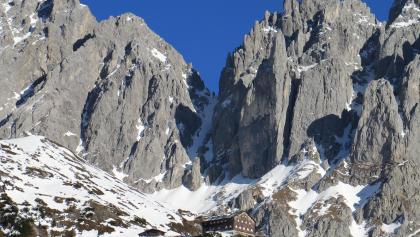 Blick zurück zur Gruttenhütte mit den Wänden des Kübelkars (Bauernpredigtstuhl)