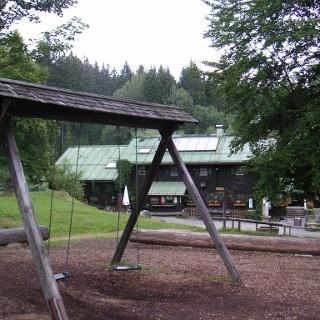 Neben der Einkehrmöglichkeit bietet uns das Schwellhäusl auch einen Spielplatz.