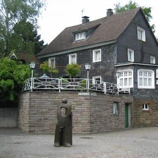 Die Skulptur Ein Traum in der Alten Poststraße in Nümbrecht