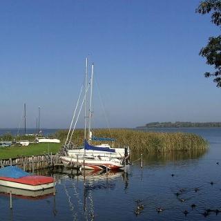 Viele Segelboote lagern im ruhigen Wasser der