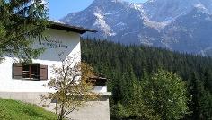 Die Hochthörlehütte mit Zugspitze und Zugspitzeck.